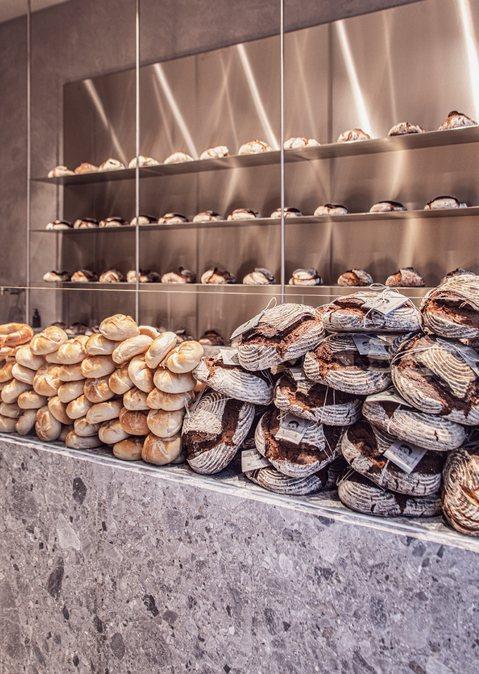 Stein und gebürstetes Aluminium bieten den besten Kontrast für das frische Brot.